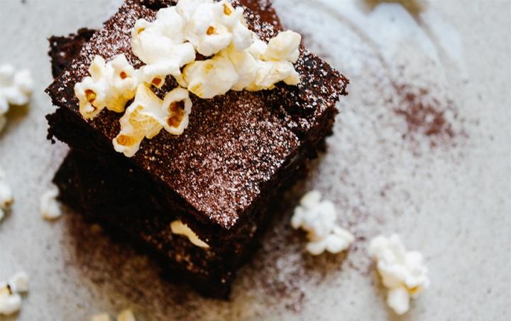 Glutenfreie Brownies aufgehübscht mit süß-salzigem Popcorn.