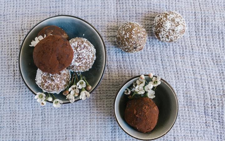 Energiebällchen mit Kokos und Kakao