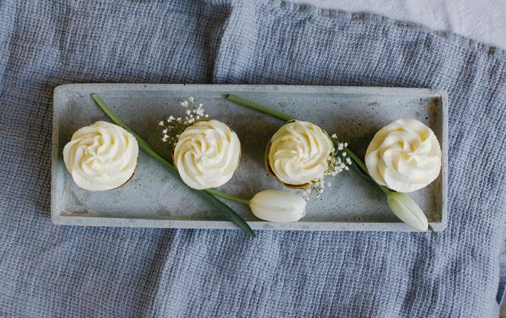 Cupcakes serviert auf einem Teller mit Blumen