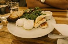 Pochierte Eier mit Salat und Haloumi Käse