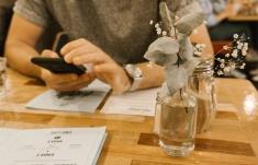 Das Design des Cafés überzeugt durch minimalistische Details