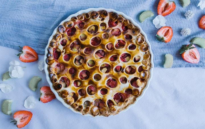 Rhabarber-Tarte mit Erdbeeren