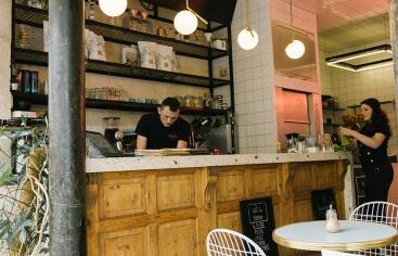 Die Bar im Café Republique of Coffee in Paris.