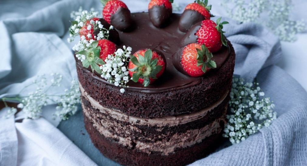Schokoladen Torte mit Erdbeeren
